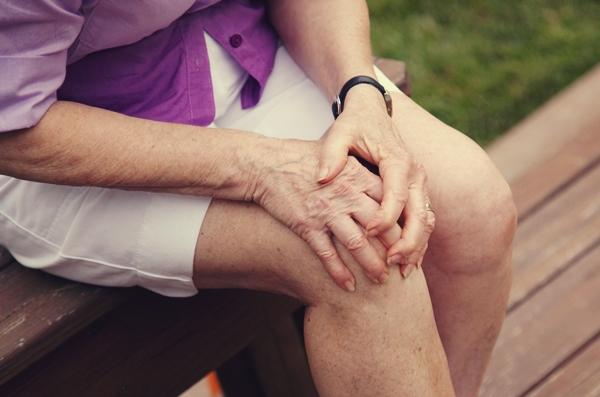 Triệu chứng bệnh viêm khớp khiến bệnh nhân đi lại khó khăn.