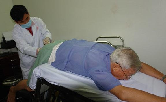 Bác sĩ thực hiện thăm khám đại tràng để phát hiện dấu hiệu ung thư đại tràng