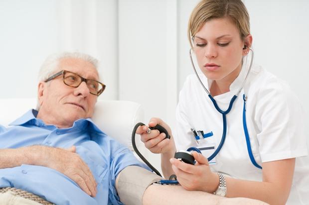 Để hạn chế những nguyên nhân mắc bệnh tim mạch cần đi khám và điều trị sớm nhất.
