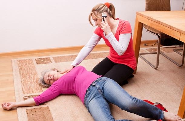 Triệu chứng tai biến mạch máu não dạng nhẹ là ngã và hôn mê đột ngột.