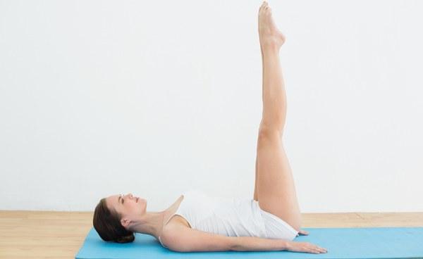 Động tác nâng chân giúp vùng bụng săn chắc hơn