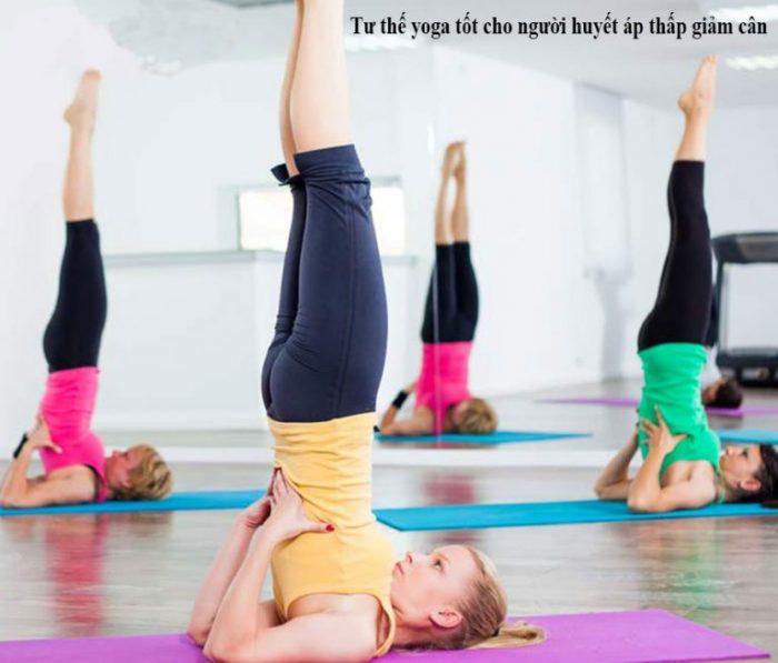 Tư thế đứng bằng vai giúp giảm cân cho người huyết áp thấp.