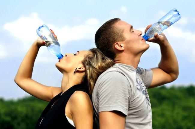Uống đủ nước là cách thanh lọc máu đơn giản.