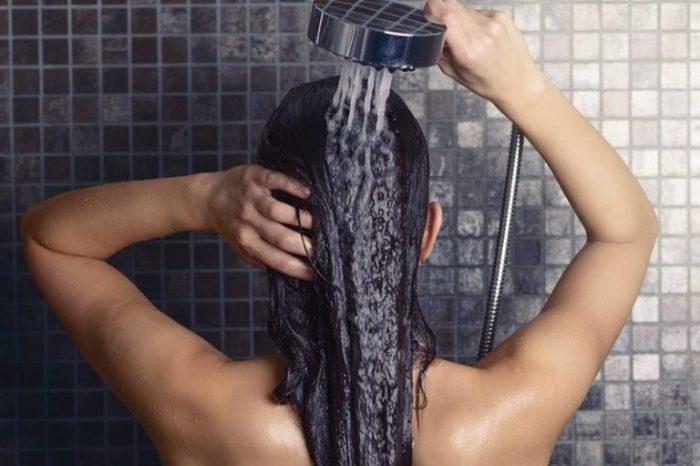 Gội đầu bằng nước mát giúp tóc khỏe mạnh hơn.