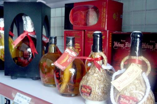 """Khi mua đặc sản du lịch ở Quảng Nam làm quà, """"rượu Hồng Đào chưa nhắm đã say"""" là một lựa chọn phù hợp."""