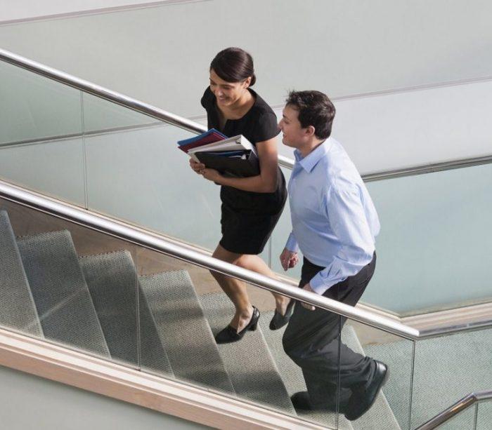 Tranh thủ leo cầu thang thay vì đi thang máy cũng là cách cải thiện đáng kể cho người bệnh gan nhiễm mỡ