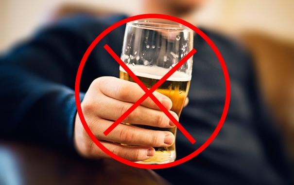Người bị mỡ trong máu cao nên kiêng uống rượu, bia.