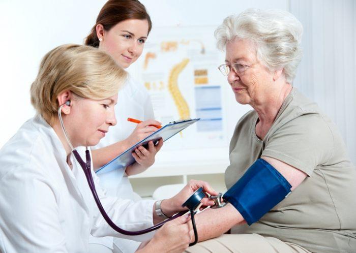Người già là nhóm người dễ tăng huyết áp.