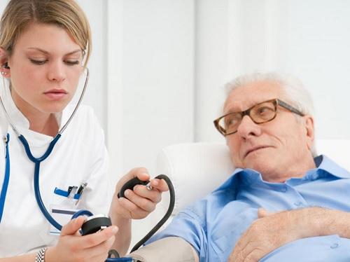 Biết cách giảm huyết áp cao khẩn cấp là cách bảo vệ sức khoẻ cho người bệnh.