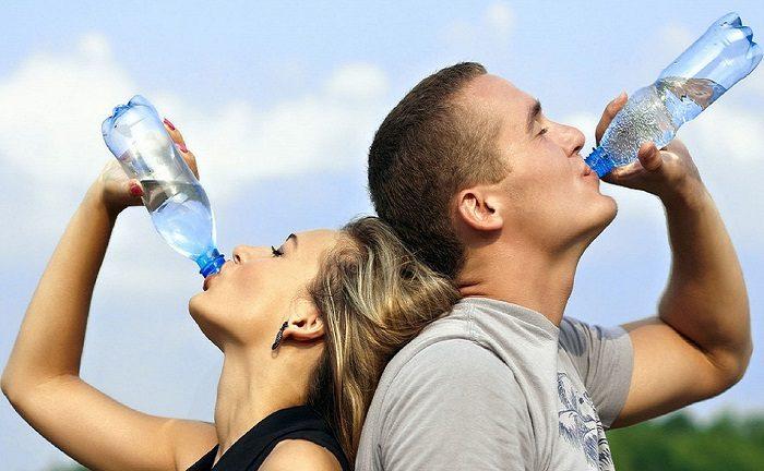 Cao huyết áp uống gì là điều người bệnh cần quan tâm. Nước lọc giúp ổn định huyết áp hiệu quả.