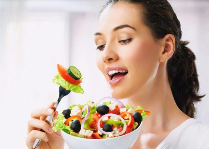 Ăn nhiều rau xanh, hoa quả tươi giúp điều trị gan nhiễm mỡ.