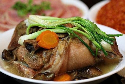 Chân giò hầm nấm là món ăn thích hợp với những người mới ốm dậy