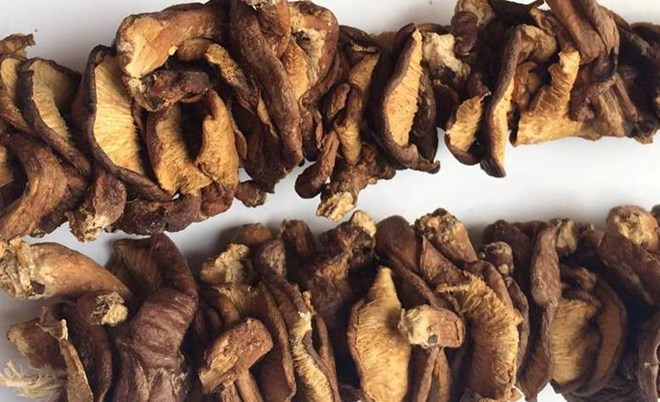 Nên chọn loại nấm hương đã khô và không có mùi lạ