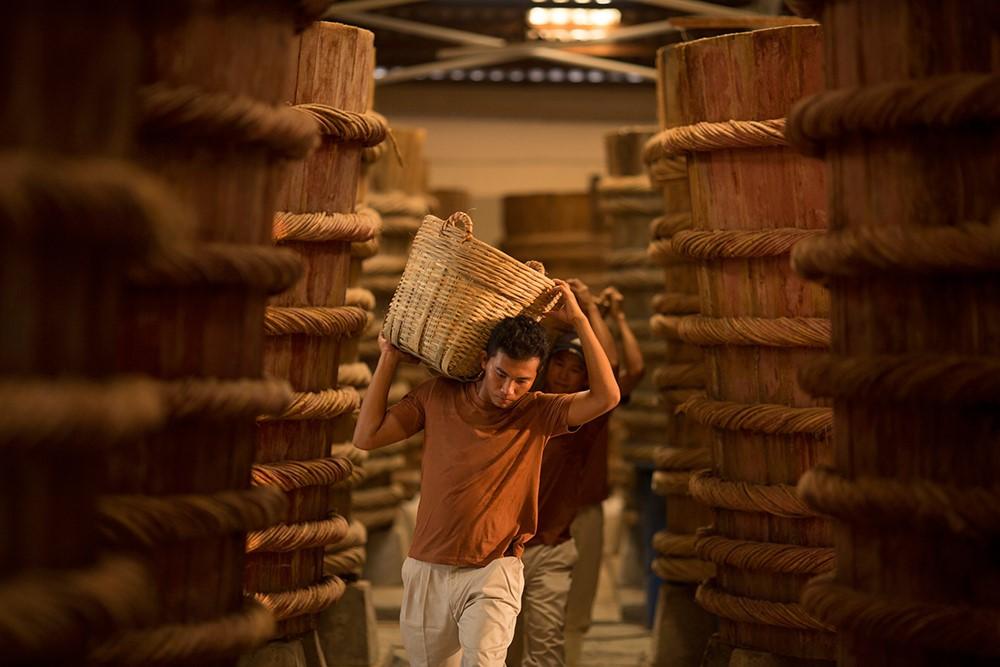 Những chiếc thùng gỗ lớn chứa cá lên men trong xưởng sản xuất nước mắm