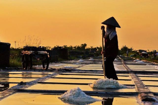 Phương pháp sản xuất muối bằng cách phơi cát thủ công
