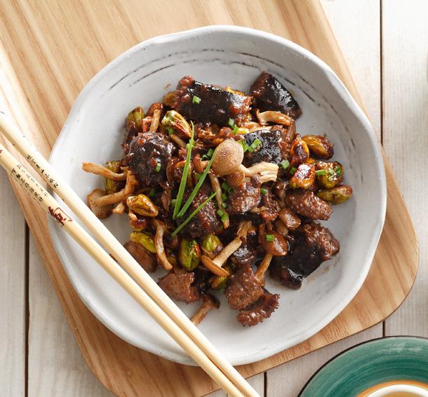 Thịt bò xào nấm hải sản có hương vị thơm ngon, đậm đà.