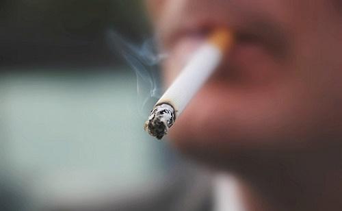 Hút thuốc lá là nguyên nhân dẫn đến ung thư phổi.