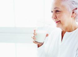 Bệnh nhân ung thư có nên uống sữa không? Câu trả lời là có