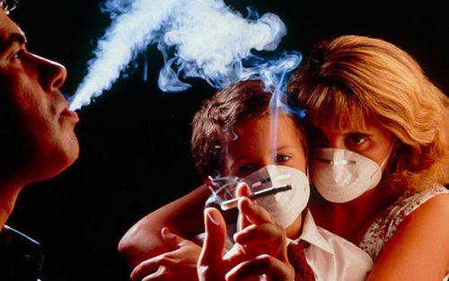 Hút thuốc lá và tiếp xúc nhiều với khói thuốc là nguyên nhân gây ung thư vòm họng.