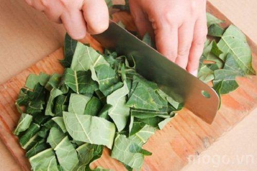 Thái nhỏ, phơi khô, sao vàng hạ thổ và dùng lá đu đủ khô đun nước trà uống hàng ngày.