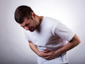 Đau bụng kéo dài được xem là triệu chứng tiêu biểu của ung thư đại tràng