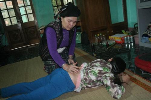 Bà lang Quỳnh đang điều trị bệnh