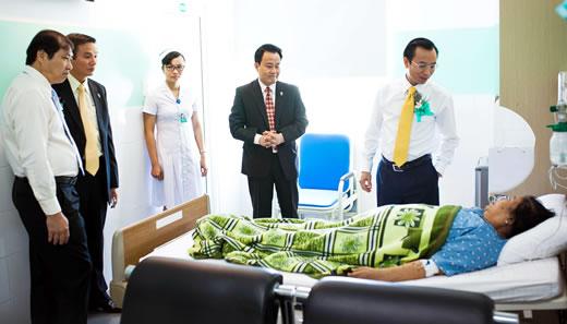 Lãnh đạo thành phố thăm các bệnh nhân đang điều trị tại Bệnh viện Đa khoa Gia đình Đà Nẵng.