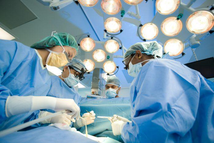 Phẫu thuật là một trong các phương pháp điều trị ung thư.
