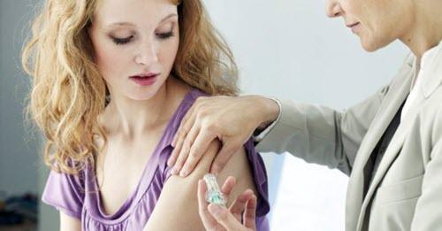 Tiêm vắc xin cervarix ngừa ung thư cổ tử cung.