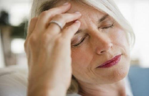 Đau đầu dữ dội là một trong những triệu chứng ung thư não giai đoạn cuối
