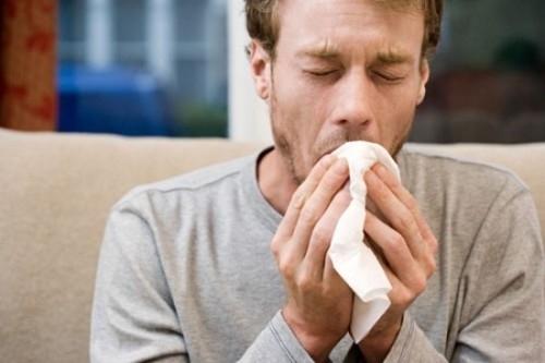 Triệu chứng ho ra máu, ho dai dẳng khiến nhiều người lo ngại ung thư phổi có bị lây không.