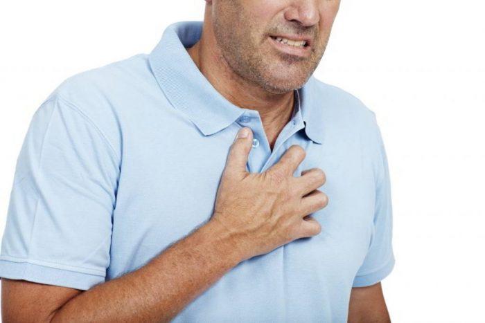 Hút nhiều thuốc lá khiến phổi hoạt động kém, đau ngực thường xuyên
