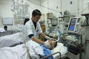 Bác sỹ tại bệnh viện K tận tình chăm sóc bệnh nhân