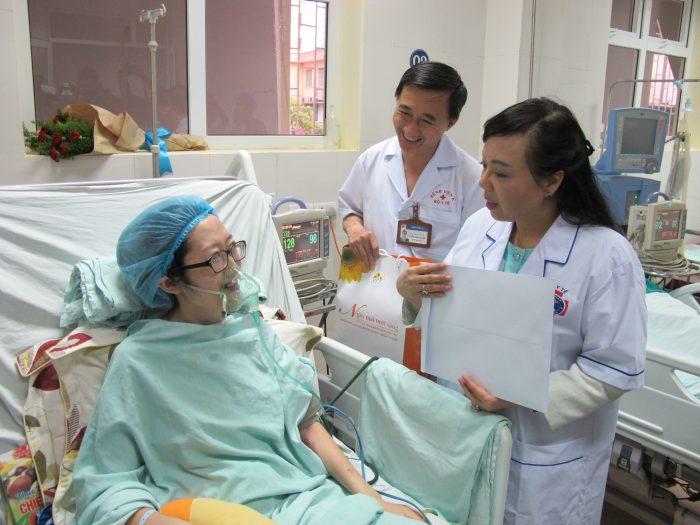 Bác sỹ thăm khám cho bệnh nhân tại bệnh viện K