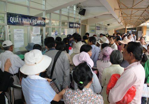 Tình trạng quá tải thường xuyên diễn ra tại Bệnh viện Ung bướu TP HCM.