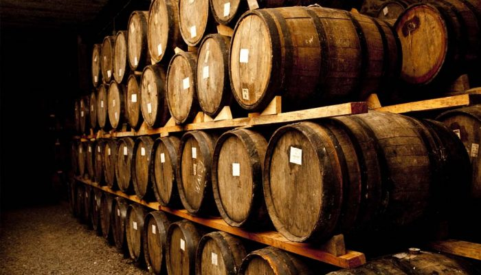 Bảo quản rượu vang sau khi len men nơi thoáng mát hoặc trong hầm sâu