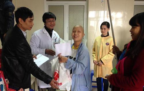 Bệnh nhân nhận sự giúp đỡ từ bác sĩ và các nhà hảo tâm