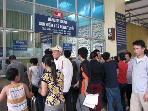 Bệnh nhân xếp hàng đăng ký khám chữa bệnh ở bệnh viện K