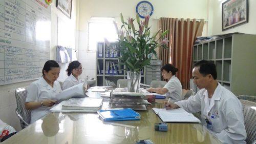 Các bác sĩ khoa xạ trị ung thư Bệnh viện Ung bướu cơ sở 2 Hà Nội trong 1 buổi giao ban.