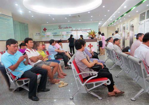 Bệnh nhân chờ khám tại Bệnh viện Ung bướu Hưng Việt, Đại Cồ Việt, Lê Đại Hành, Hai Bà Trưng, Hà Nội.