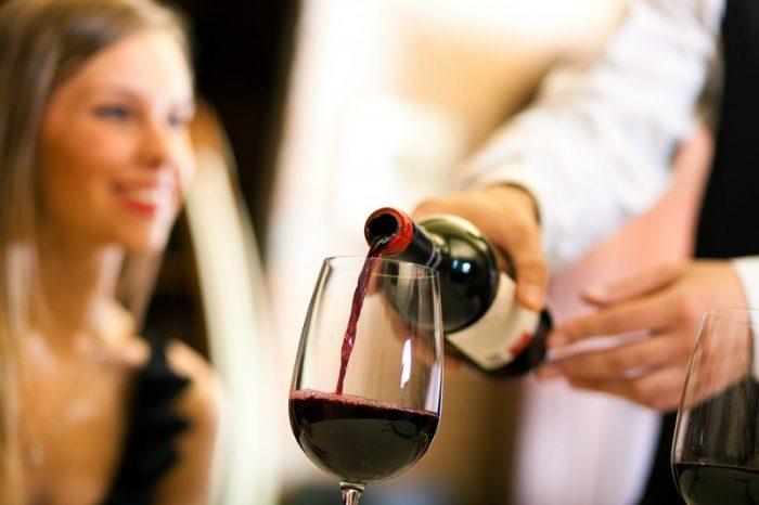 Chỉ rót 1/2 ly rượu vang và không để rượu sủi bọt