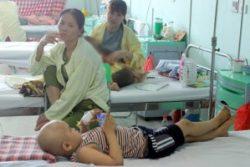 Một bệnh nhi đang điều trị tại khoa Ung bướu bệnh viện Nhi Trung ương