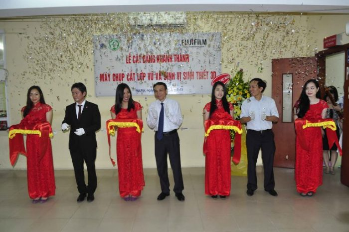 Trưởng khoa Ung bướu bệnh viện Bạch Mai (ở giữa, áo trắng) tham dự một sự kiện tại bệnh viện